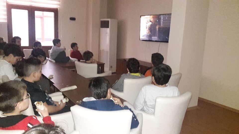 Halilurrahman Erkek Kuran Kursu öğrencilerimiz ile birlikte; ikramlı film izleme etkinliği yaptık...